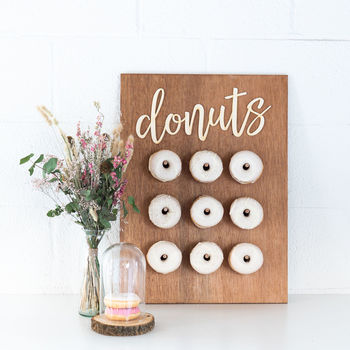 Plek voor 18 donuts. 2 donuts per stokje.