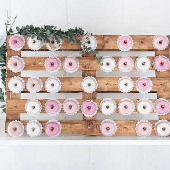 Plek voor 90 donuts. 2 donuts per stokje.